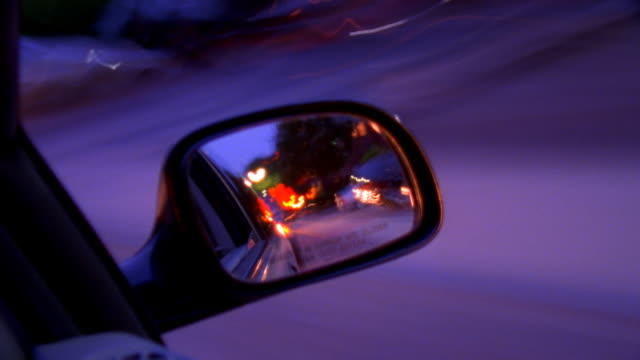 vídeos y material grabado en eventos de stock de car driving down road as seen through side view mirror - retrovisor exterior