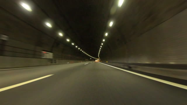 vídeos de stock, filmes e b-roll de carro pov que conduz no túnel da estrada - passando