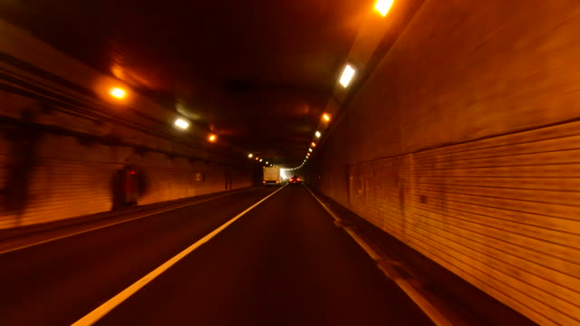 高速道路トンネルでのPOV車の運転