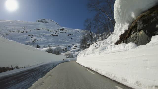 pov bilkörning i snö: mountain pass i norge - förarperspektiv bildbanksvideor och videomaterial från bakom kulisserna