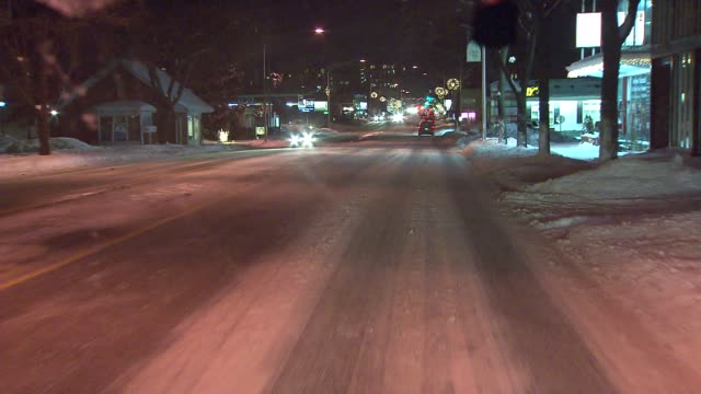 vídeos de stock e filmes b-roll de car driving in snow on january 03, 2014 in arlington heights, illinois - pá para neve