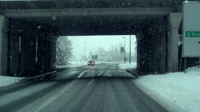 vídeos de stock e filmes b-roll de carro de condução na neve-câmara lenta - floco de neve