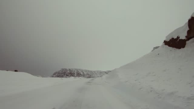 北極での pov 車の運転: 冬の道路 - winter点の映像素材/bロール