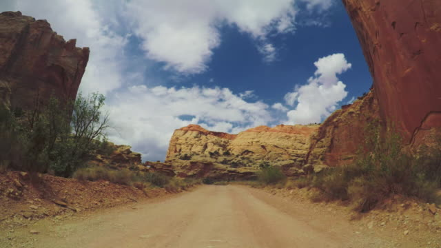 vídeos de stock e filmes b-roll de pov car driving in the canyon of usa - trilho