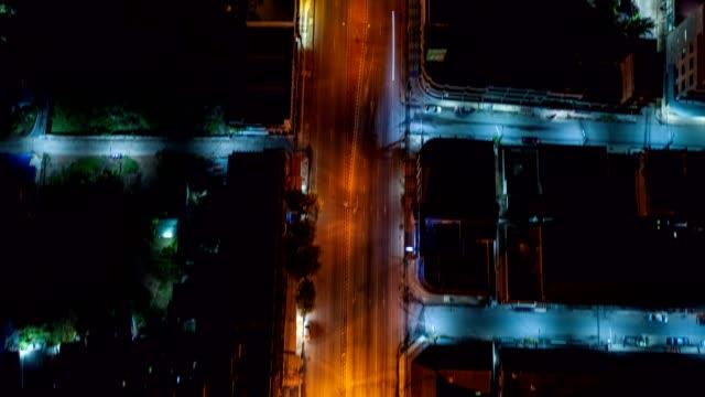 vídeos de stock, filmes e b-roll de carro que conduz na iluminação da cidade com edifício e cruzamento na noite - avenida