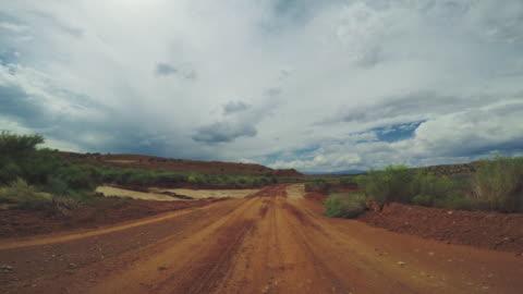 vídeos y material grabado en eventos de stock de coche pov conduciendo en las carreteras de estados unidos - carretera de tierra