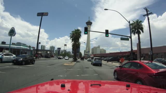 vídeos de stock e filmes b-roll de pov car driving in the strip of las vegas - viagem em estrada