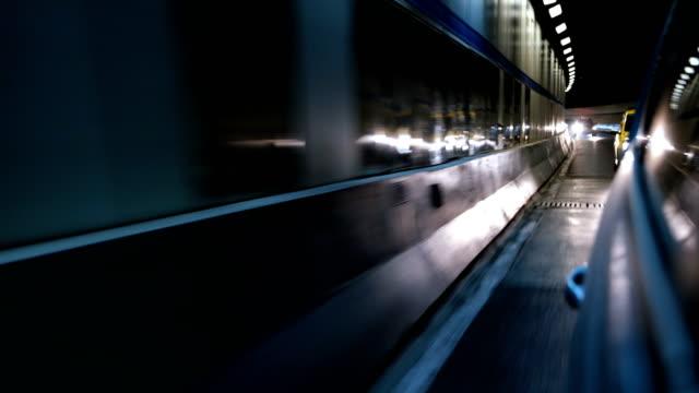 vídeos y material grabado en eventos de stock de conducción de coches en túnel - shanghái