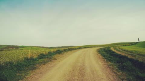 vídeos y material grabado en eventos de stock de punto de vista de conducción en toscana :  verde colina y cipreses - carretera de tierra