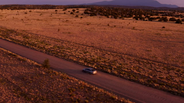 砂漠の夕日に車を運転:ニューメキシコ州 - 乾燥気候点の映像素材/bロール