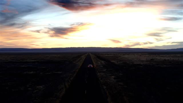 vidéos et rushes de voiture conduisant dans le coucher du soleil de désert : nouveau-mexique - route 66