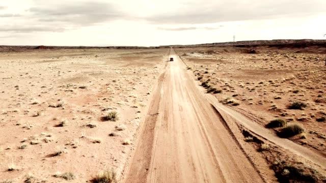 auto fährt in die wüste von gran arizona - tafelberg felsformation stock-videos und b-roll-filmmaterial