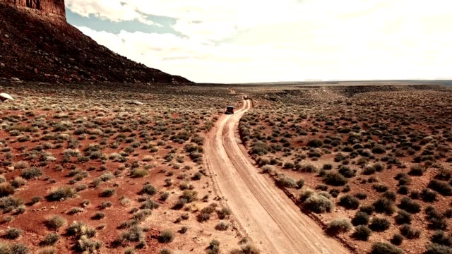 auto fährt in die wüste von gran arizona - grand canyon national park stock-videos und b-roll-filmmaterial