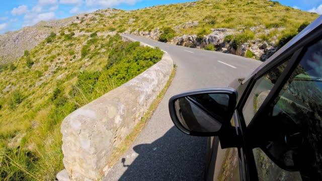 vídeos de stock e filmes b-roll de car pov: driving on a country road on mallorca in springtime - encosta