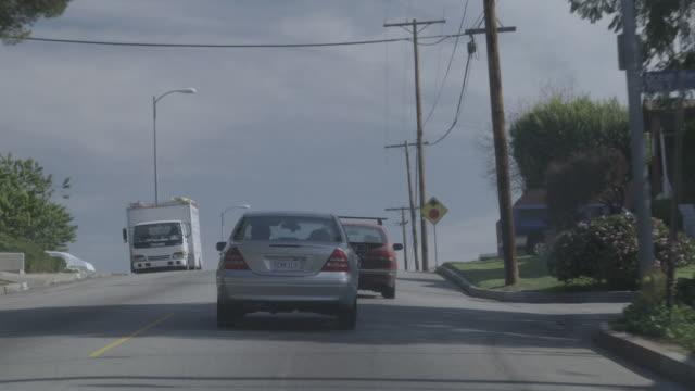 vídeos de stock e filmes b-roll de ds car driving on a residential street / united states - vista lateral