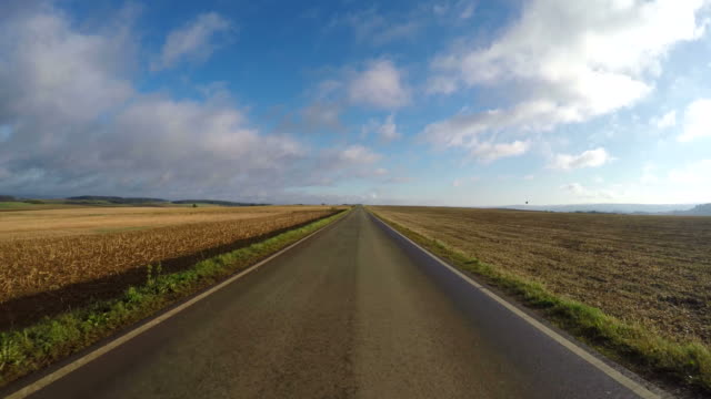 vidéos et rushes de pov, car driving on country road - droit