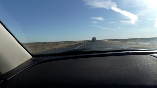 car pov driving on desert highway - zweiter platz stock-videos und b-roll-filmmaterial
