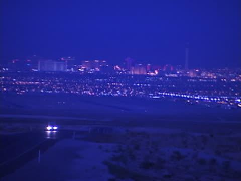 auto fahren auf einer wüstenstraße bei nacht - nevada stock-videos und b-roll-filmmaterial