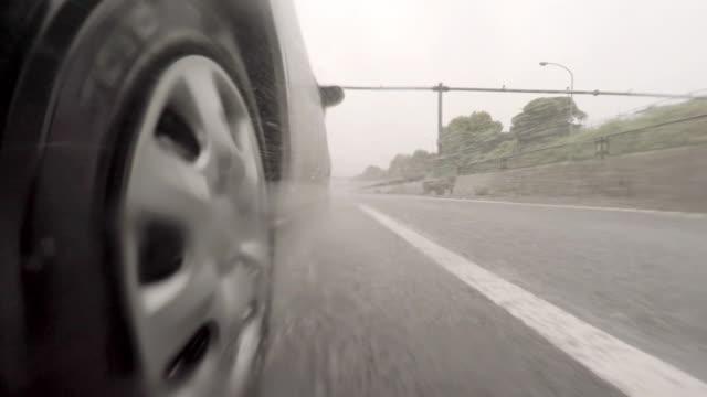 vídeos de stock, filmes e b-roll de carro dirigindo na estrada em dia chuvoso - 4 k - perto de