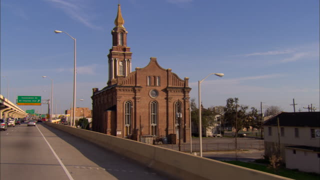 pov, car driving on highway, passing church, new orleans, louisiana, usa - südliche bundesstaaten der usa stock-videos und b-roll-filmmaterial
