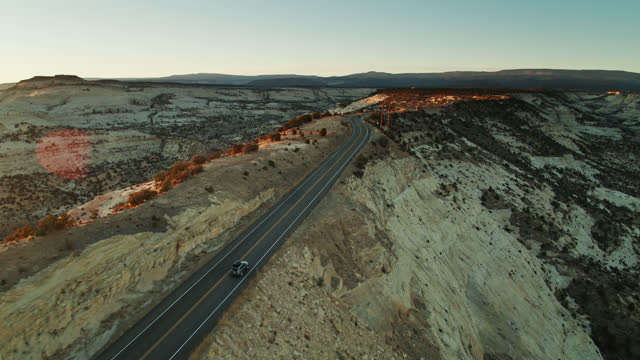 auto fährt auf lonely utah road bei sonnenaufgang - aerial - grand staircase escalante national monument stock-videos und b-roll-filmmaterial