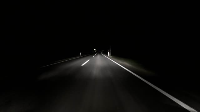 vídeos de stock e filmes b-roll de pov: car driving on road at night - marca de estrada