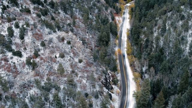 vídeos y material grabado en eventos de stock de car driving on snowy mountain road, santa fe, new mexico, united states - southwest usa
