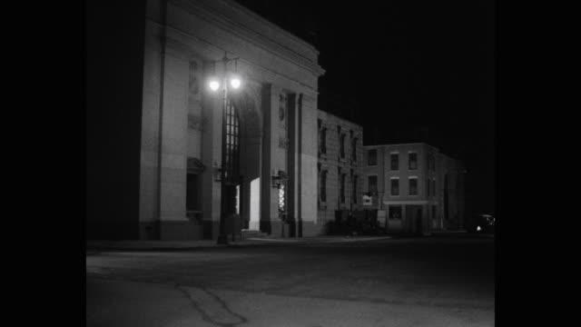 vídeos de stock e filmes b-roll de car driving on street at night, paris, france - cruzar