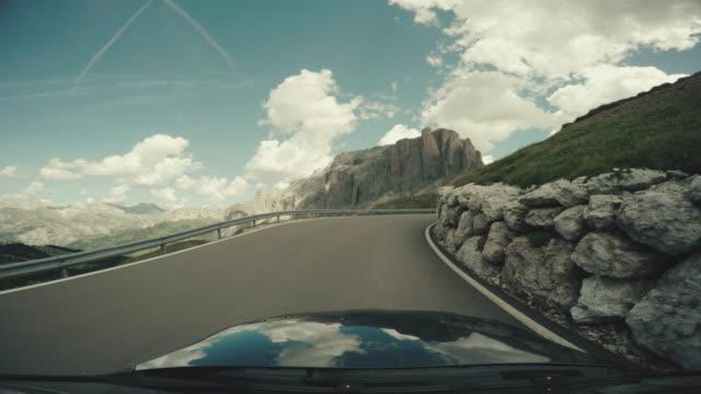 POV bil körning på Dolomiterna, europeiska Alperna
