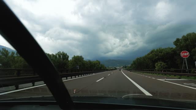 vidéos et rushes de voiture de pov conduisant sur l'autoroute italienne dans l'hyperlapse - mouillé