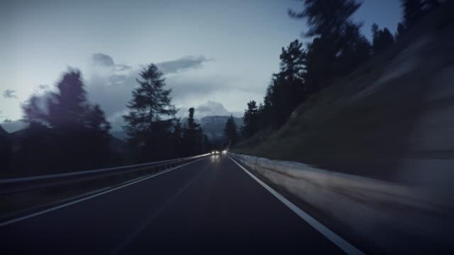 pov autofahren in der nacht auf den bergwäldern - autoperspektive stock-videos und b-roll-filmmaterial