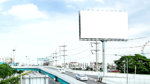 Carro de condução em estrada e publicidade Outdoor