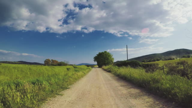 pov car driving on the roads of tuscany, italy - strada in terra battuta video stock e b–roll