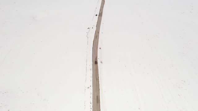 冬の田舎道で運転する車 - winter点の映像素材/bロール