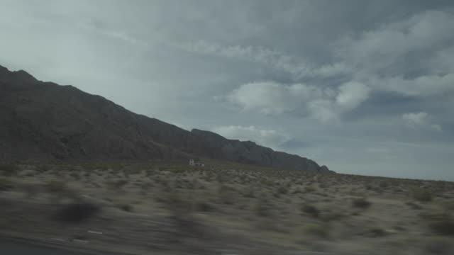vídeos de stock, filmes e b-roll de car driving past desert - ponto de vista de motorista