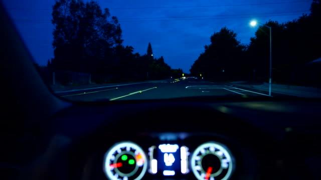 視点の車の走行ポイントダッシュボードステアリング車両夕暮れの夜 - フロントガラス点の映像素材/bロール