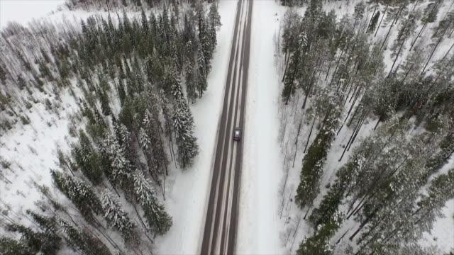 Antenne: Auto fahren durch finnische verschneiten Wald