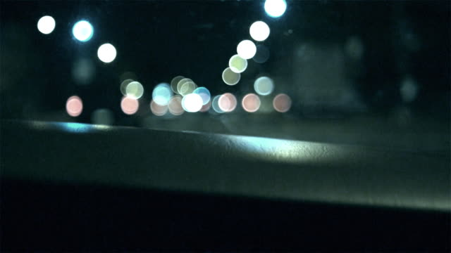 vidéos et rushes de ms pov car driving through street at night / new york city, new york, usa - mise au point au 1er plan