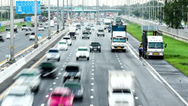 vídeos de stock e filmes b-roll de carros de condução através de estrada de portagem, time lapse - cabina de portagem