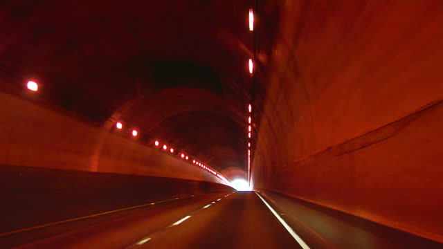 vídeos de stock, filmes e b-roll de ws car pov driving through waldo tunnel/ san fransciso, california  - ponto de vista de carro