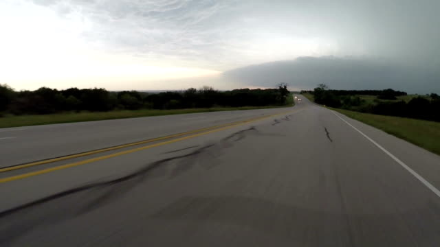 vidéos et rushes de car pov- driving towards a supercell thunderstorm - orage