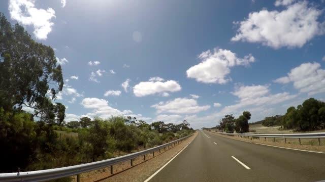 pov auto fahren trog australischen landschaft - ländliche straße stock-videos und b-roll-filmmaterial