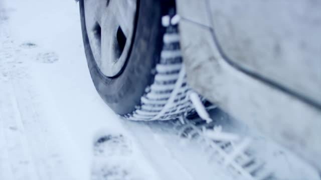 雪道の車の運転の冬用タイヤをクローズ アップ - winter点の映像素材/bロール