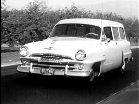 vidéos et rushes de 1955 b/w ms ts car driving with flat front tire and pulling off road / california, united states / audio - panne de voiture