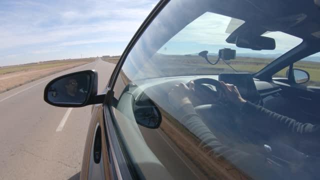 vídeos y material grabado en eventos de stock de car drivng in a country road in spain - un solo hombre de mediana edad