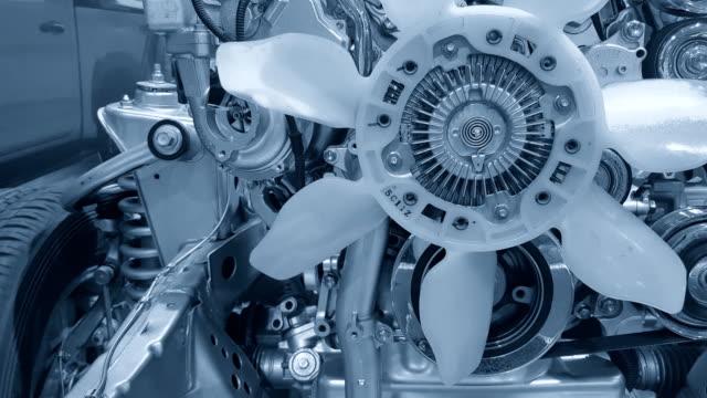 vídeos de stock, filmes e b-roll de carro motor e engrenagem polia movendo-se para o eixo da roda da movimentação. - motor