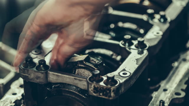 v8 auto-motor-reparatur. time lapse 4 k video - motor stock-videos und b-roll-filmmaterial