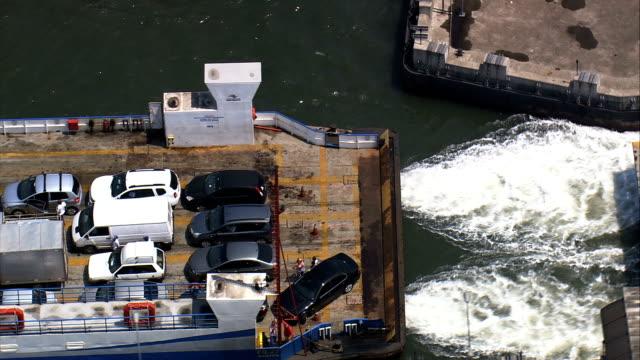 vídeos de stock, filmes e b-roll de balsas de automóveis em santos-vista aérea do estuário do rio-são paulo, santos, brasil - ferry