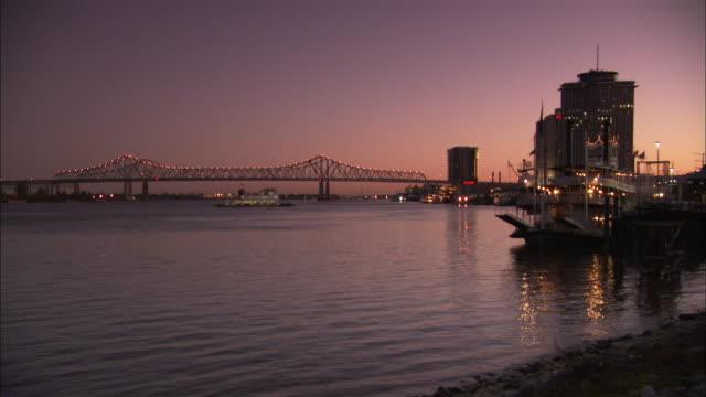 vídeos y material grabado en eventos de stock de a car ferry moves across the mississippi river near the crescent city connection bridge. available in hd - río misisipí