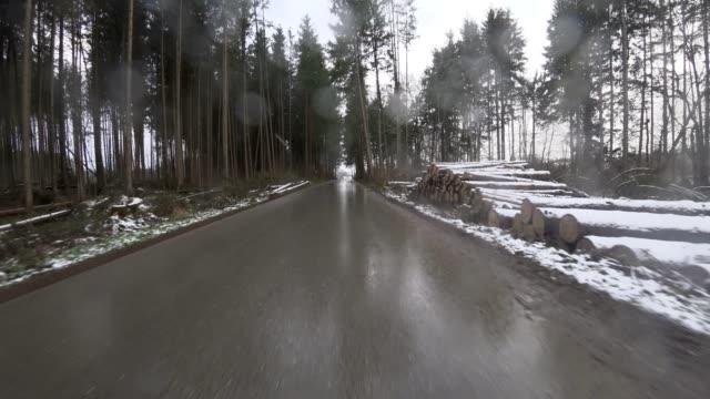 Auto POV: de eerste sneeuwval op de weg